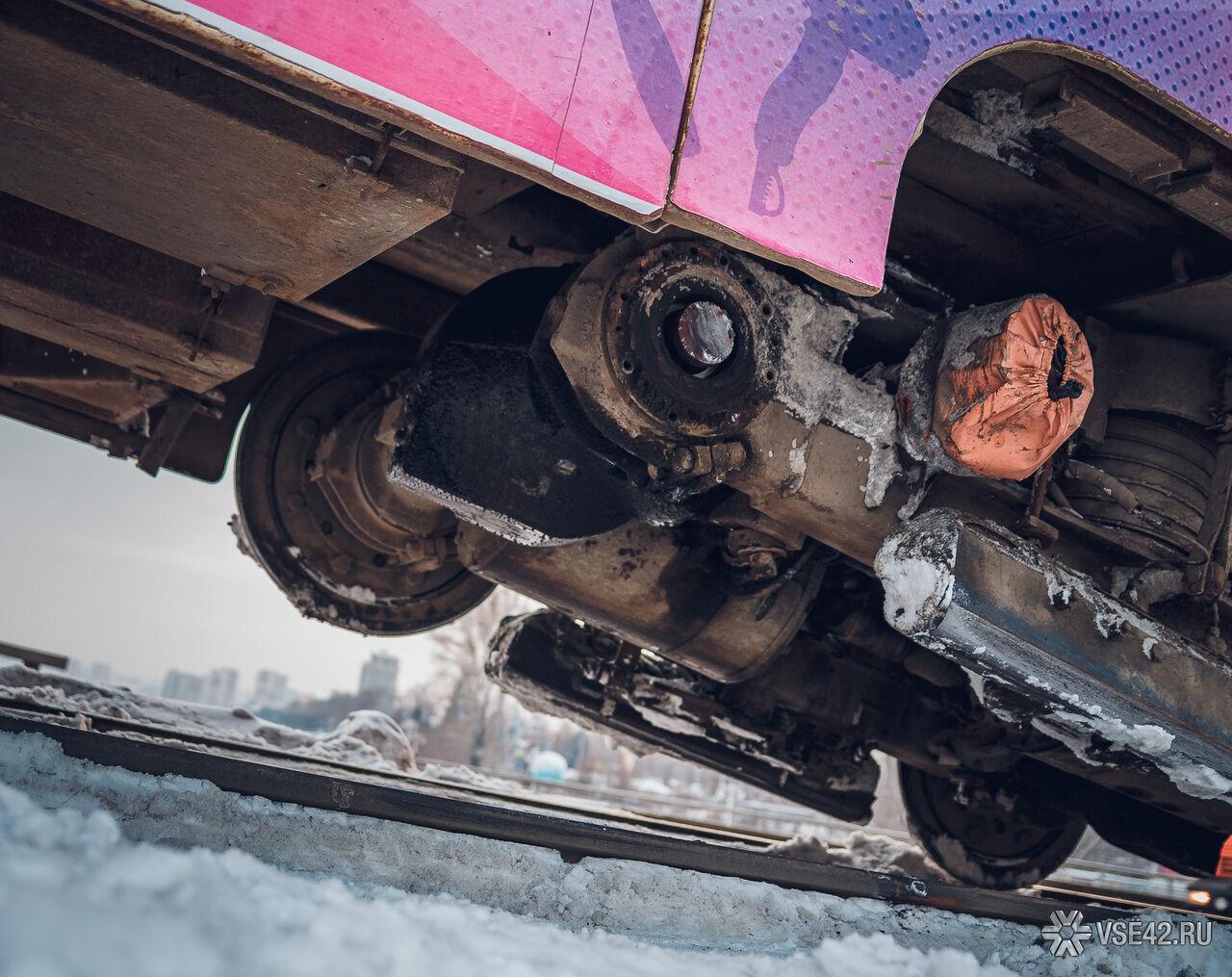ВКемерово наКузнецком мосту трамвай сошел срельс, движение парализовано