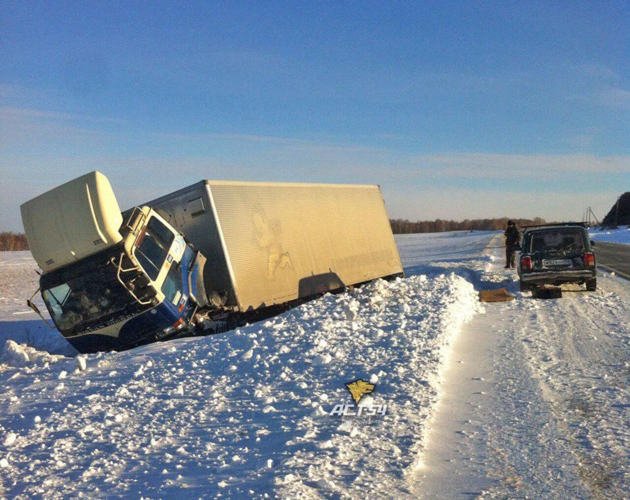 Рейсовый автобус столкнулся с фургоном ислетел с дороги под Новосибирском