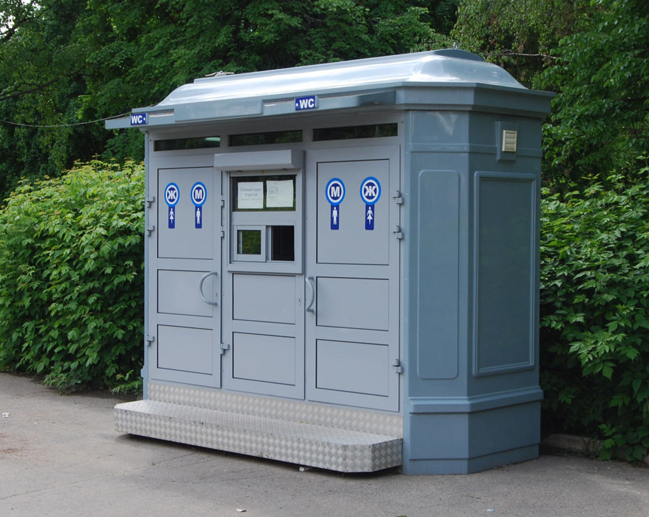 Кемеровчанин потребовал убрать биотуалеты сулиц областного центра