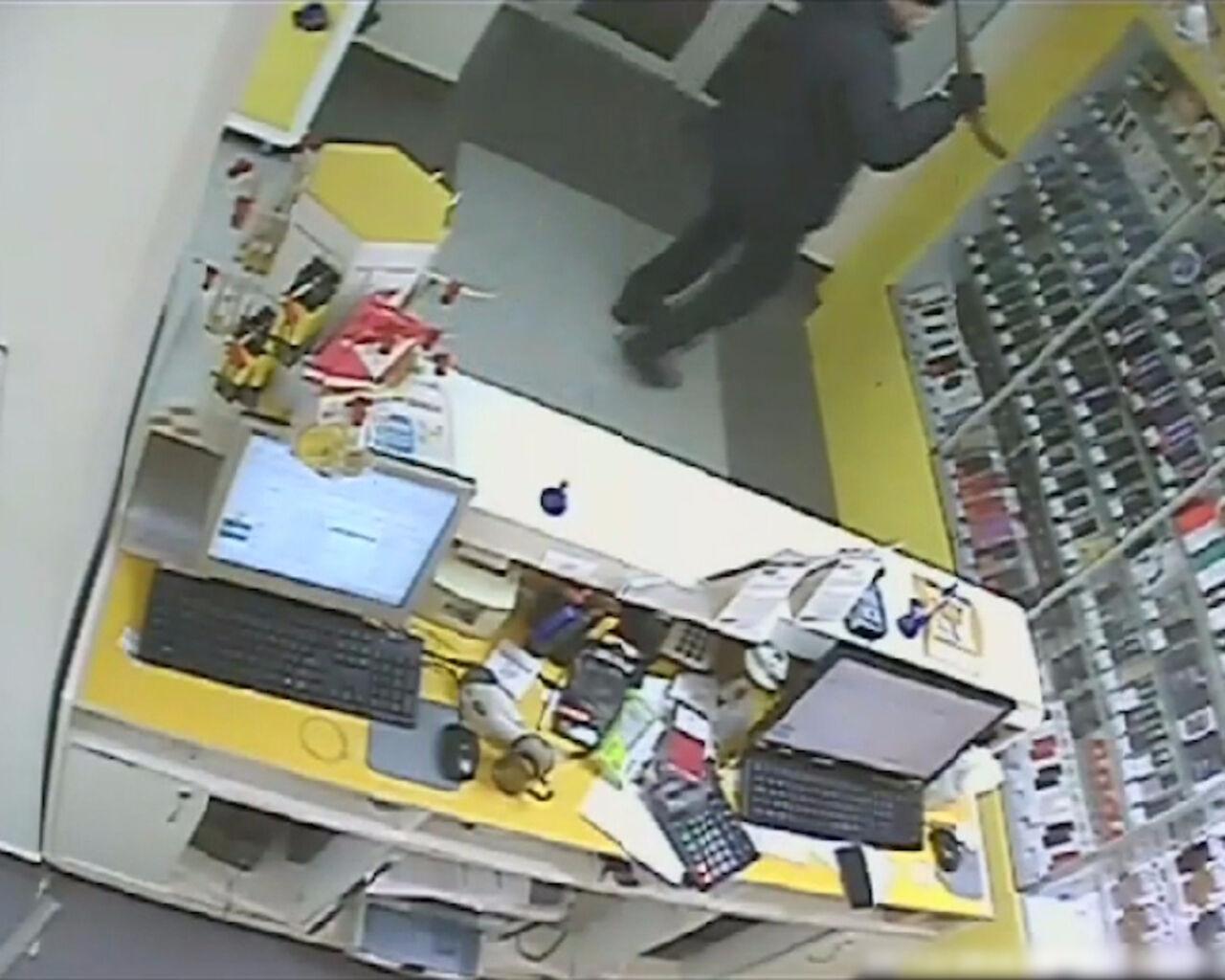 Вооруженного налетчика намобильный салон ищут вКемерове
