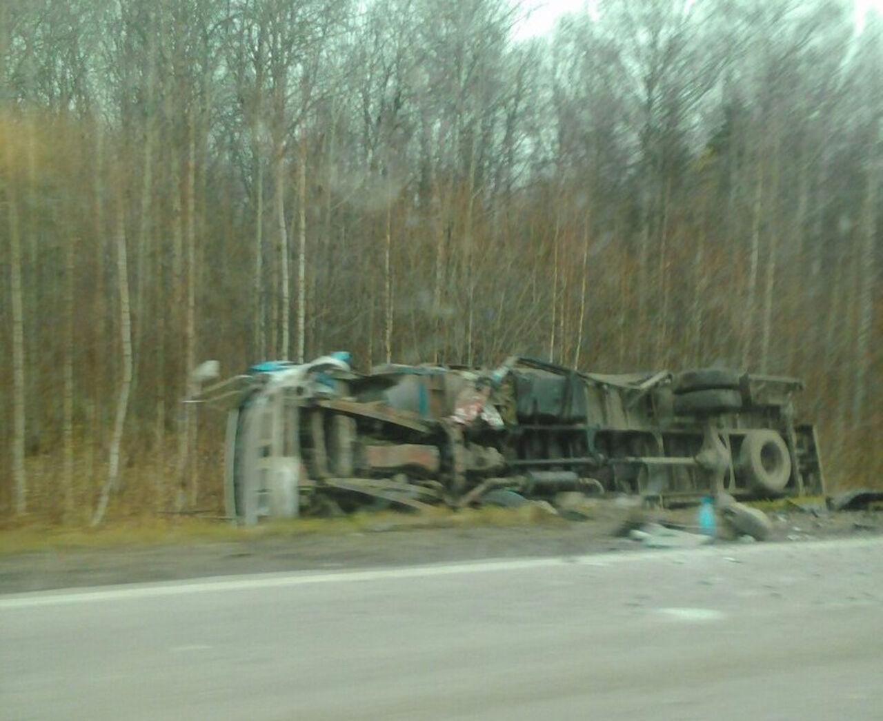 Возникла видеозапись сместа смертоносного ДТП с грузовым автомобилем вКузбассе