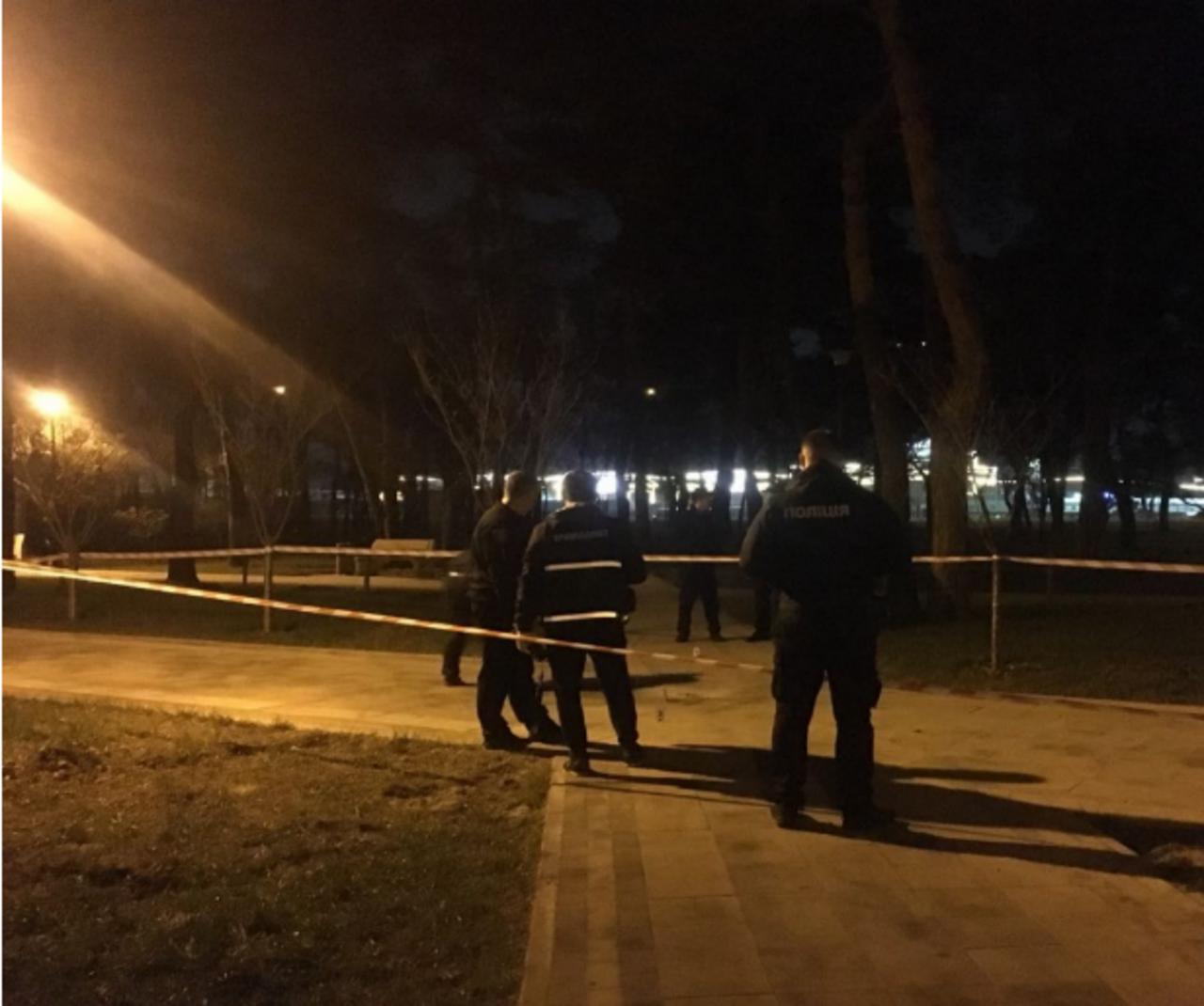 За минувшие выходные на Украине неизвестные взорвали уже третью гранату. На этот раз взрывное устройство кинули под ноги людям в парке