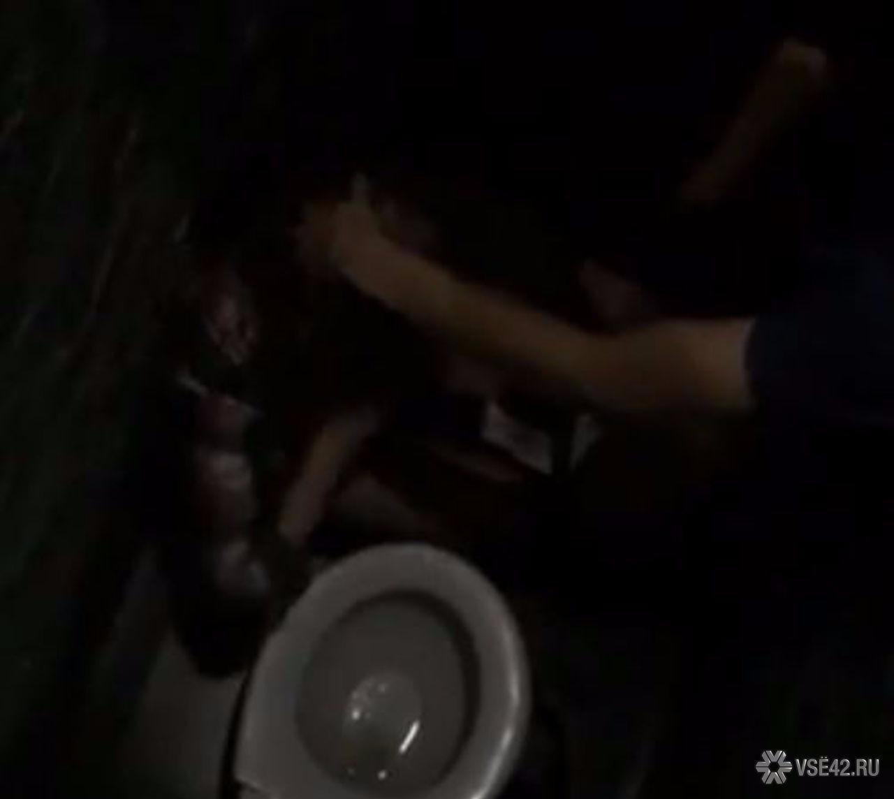 Пьяная девка в туалете ночного клуба 4 фотография