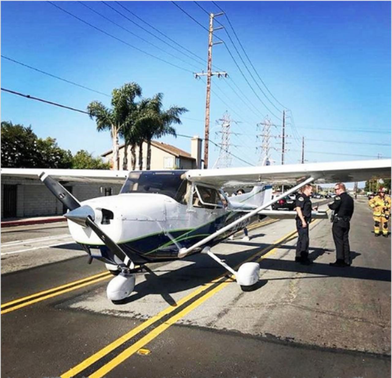ВСША девушка-пилот посадила самолет напроезжую часть