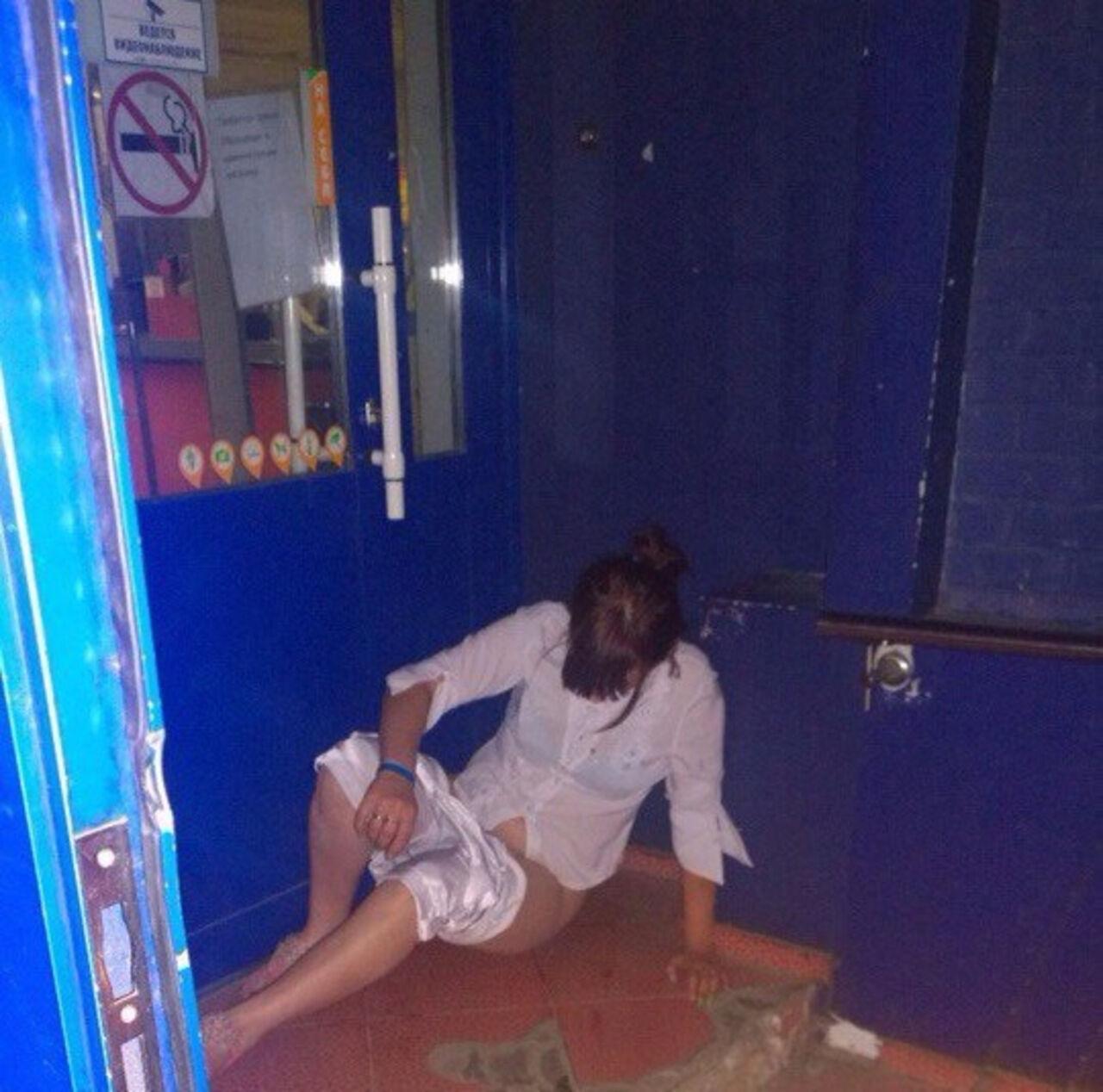 Фото девушки снимают трусы в ночных клубах 4 фотография