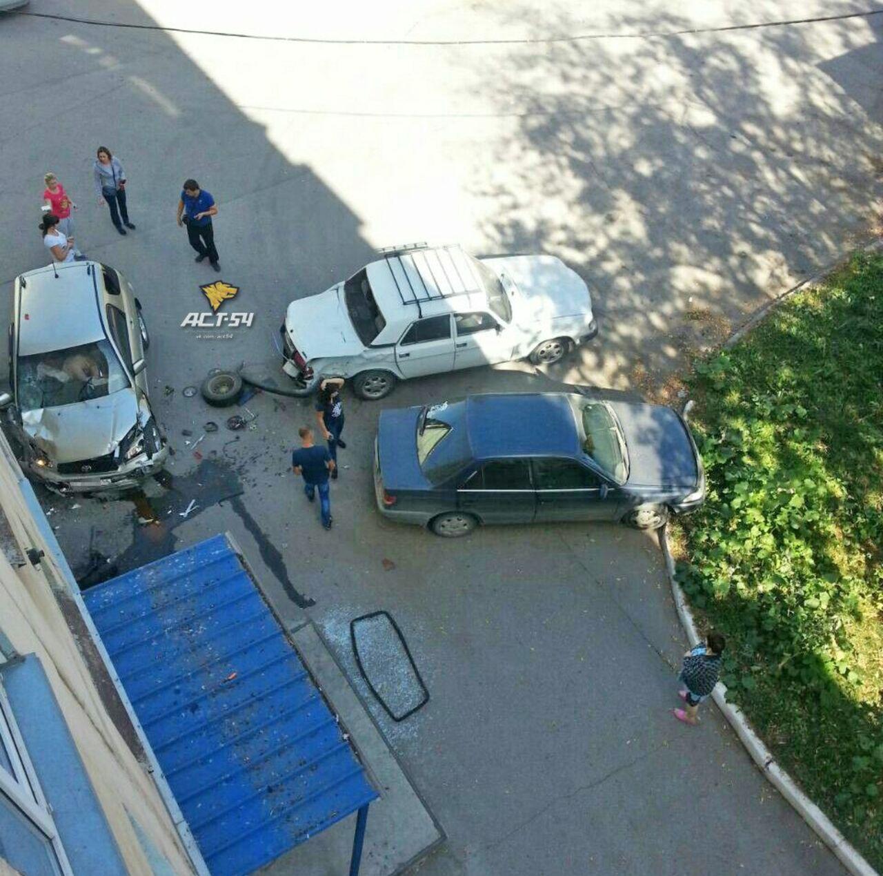 Неадекватная автоледи сбила дворника ипротаранила две машины
