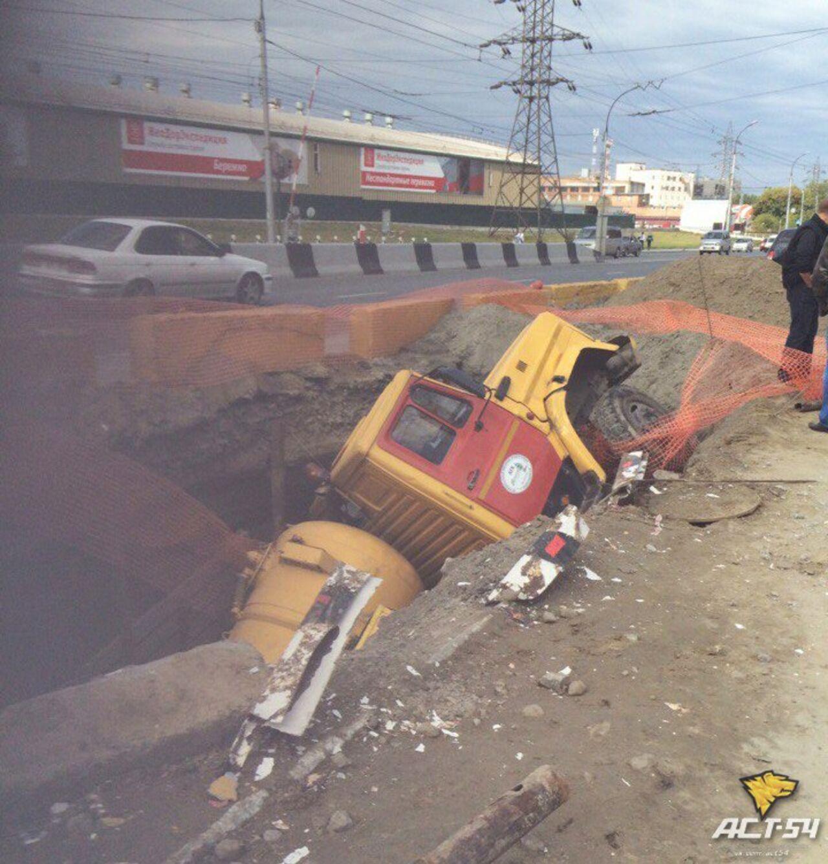 Фургон провалился вяму после встречи с Тойота Nadia