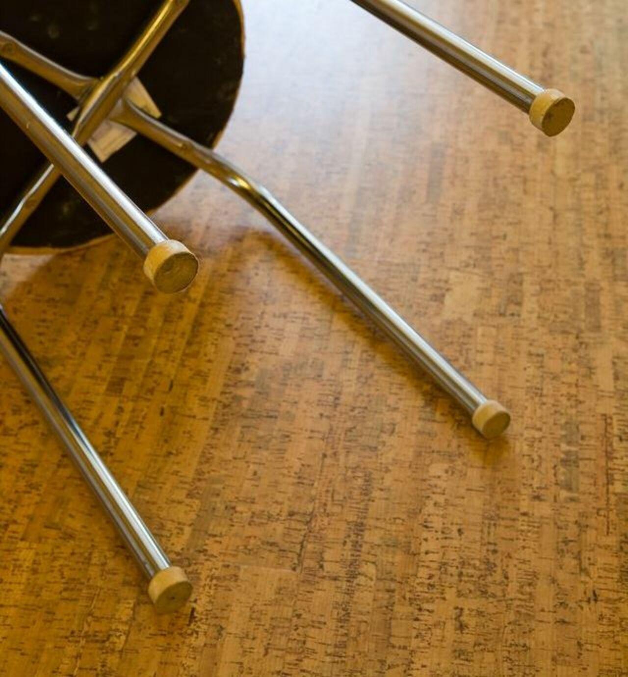 Села на ножку стул 11 фотография