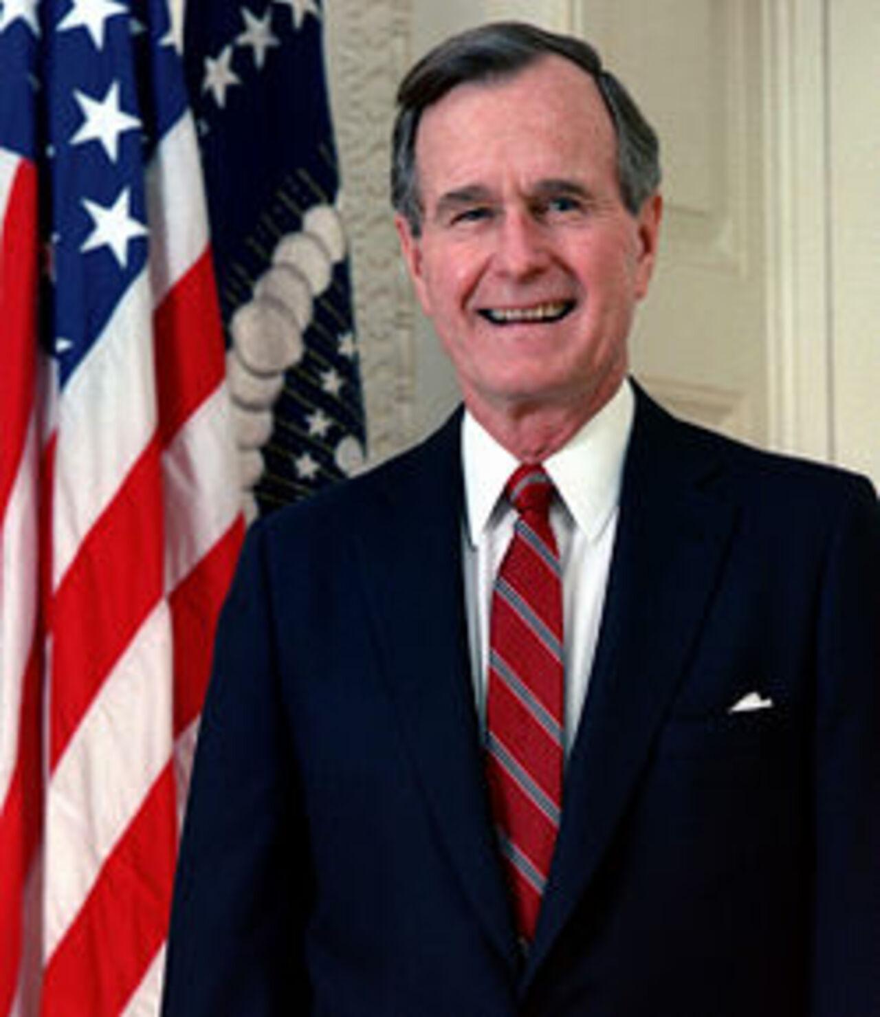 Немощного Буша-старшего обвинили в половых домогательствах