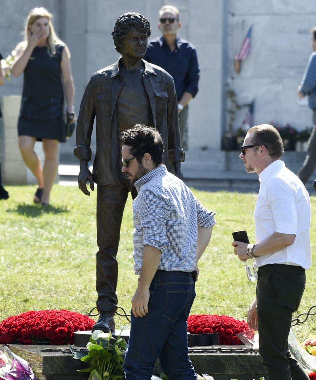 Статуя американского актера русского происхождения Антона Ельчина появилась на его могиле в Лос-Анджелесе. Об этом сообщает Life