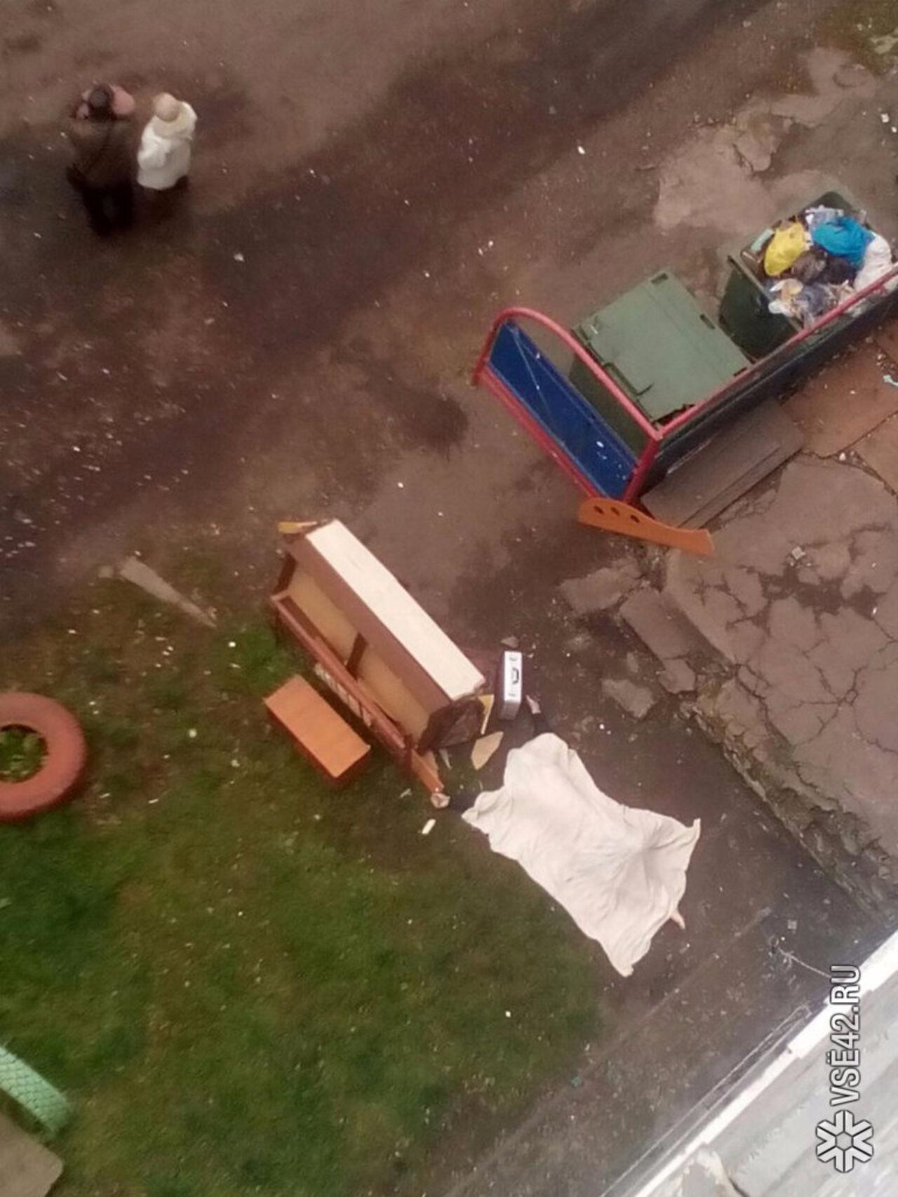парень выпал из окна кемерово синтетической