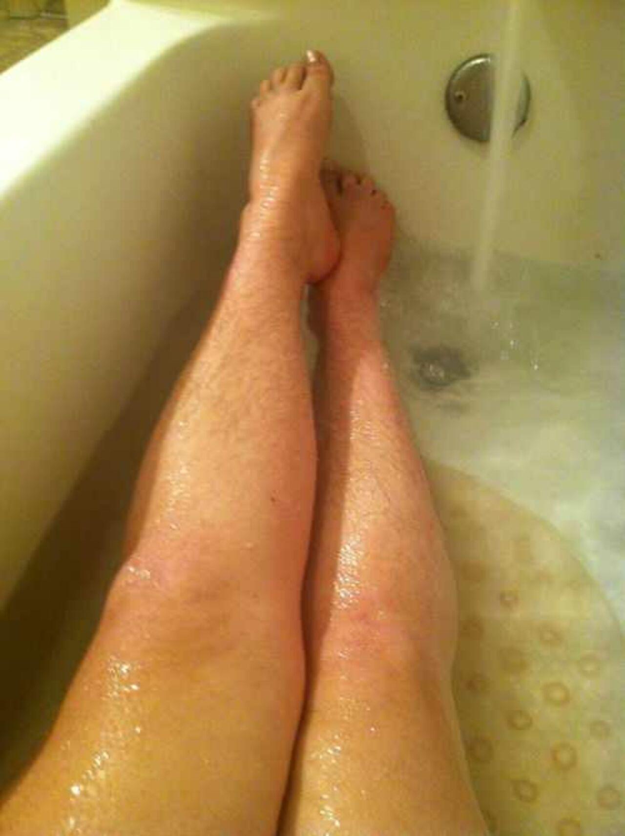 Волосатые ноги голая жена фото что