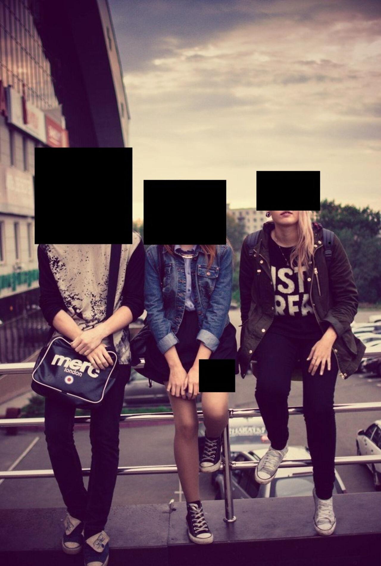 Пятеро парней одна девушка 22 фотография