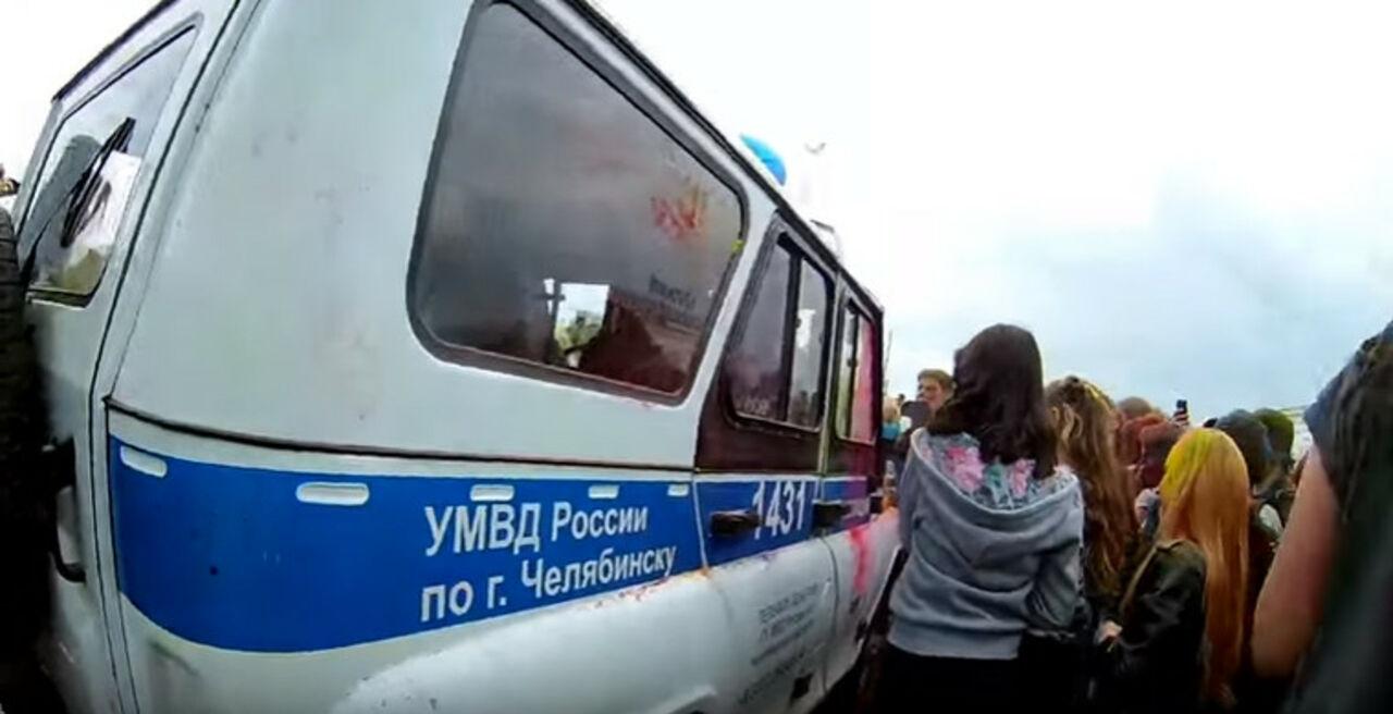 Разъяренные подростки атаковали полицию нафестивале красок вЧелябинске