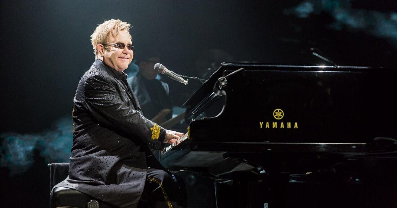 Элтон Джон получил позубам на своем концерте