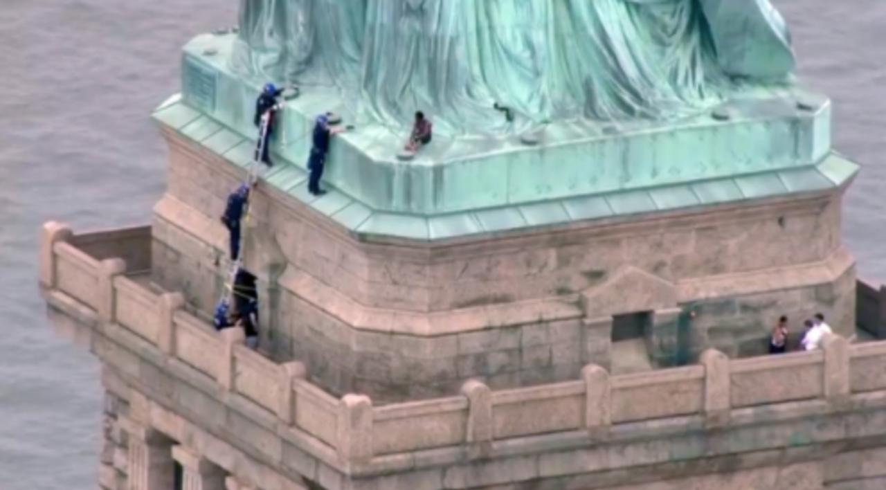 Активистка угрожала общественной безопасности спьедестала статуи Свободы вНью-Йорке