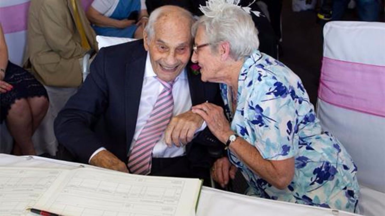 В Британии поженились 103-летний мужчина и 91-летняя женщина сообщает9news.Суммарный возраст британкой пары молодожёнов составляет 194 года