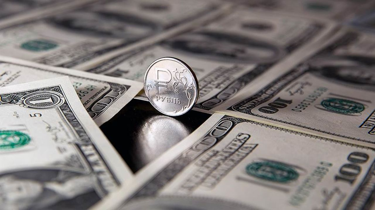 С утра в понедельник доллар и евро выросли на 53 и 63 копейки соответственно