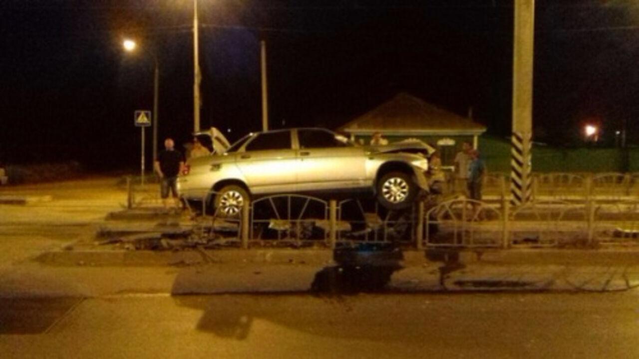 ВОмске автомобиль врезался вограждение ивзлетел над дорогой