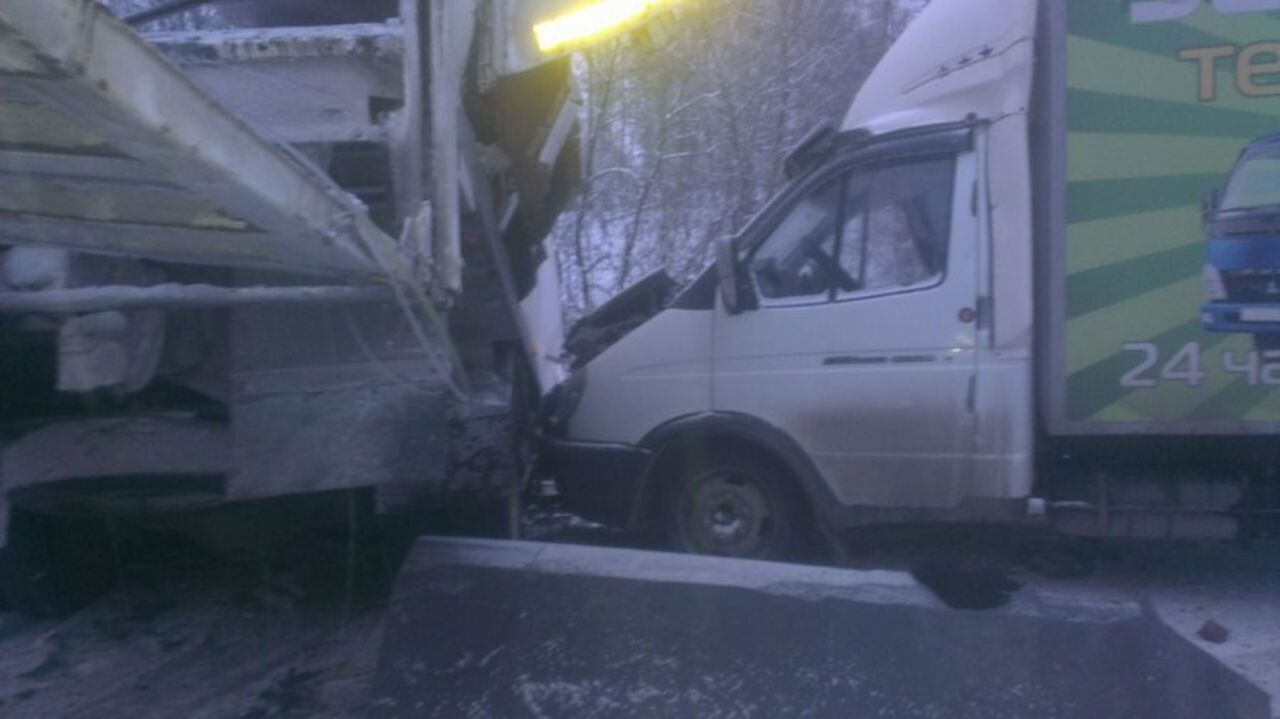 Шофёр грузового автомобиля заснул иустроил массовую трагедию наковарном участке дороги