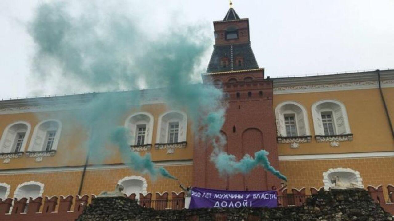 Феминистки зажгли дымовые шашки наКремлевской стене