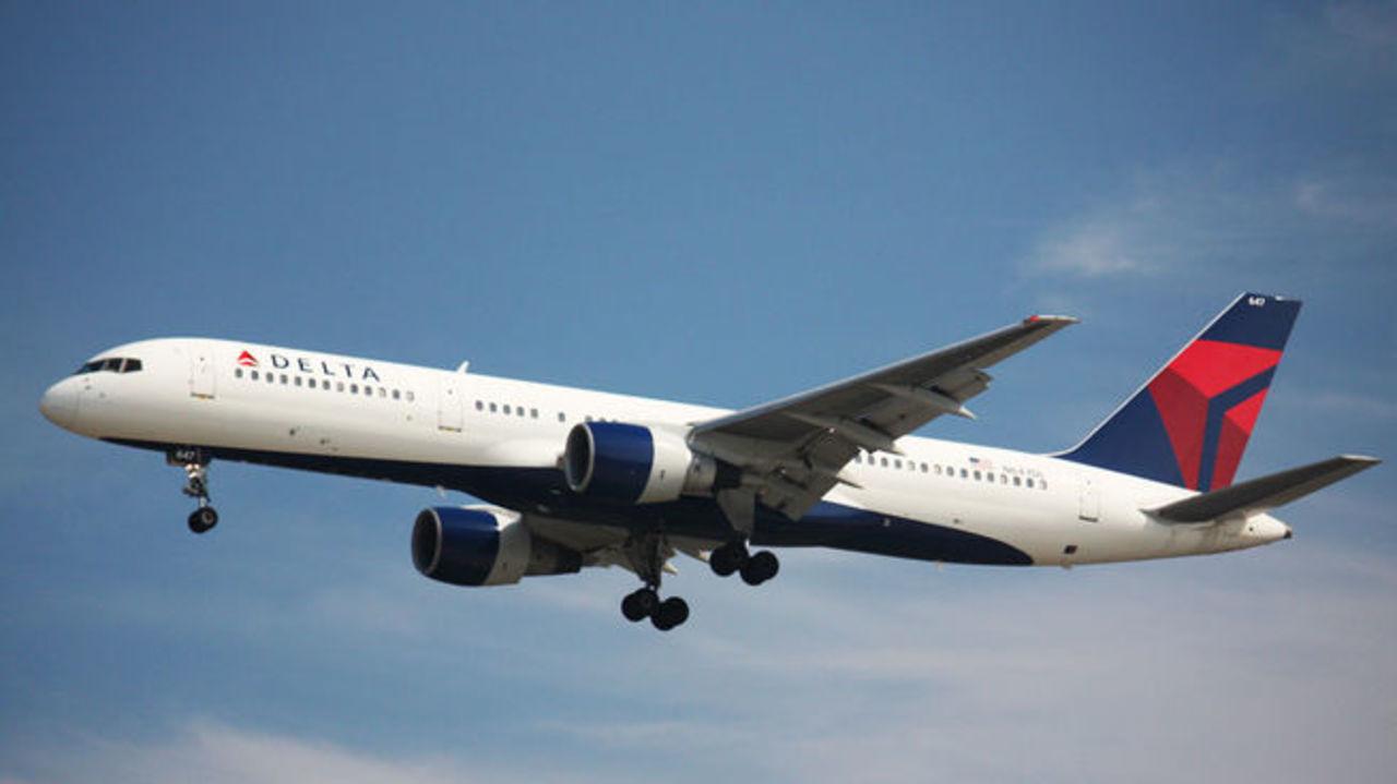 Снятый срейса Delta Air Lines житель россии  планирует судиться савиакомпанией