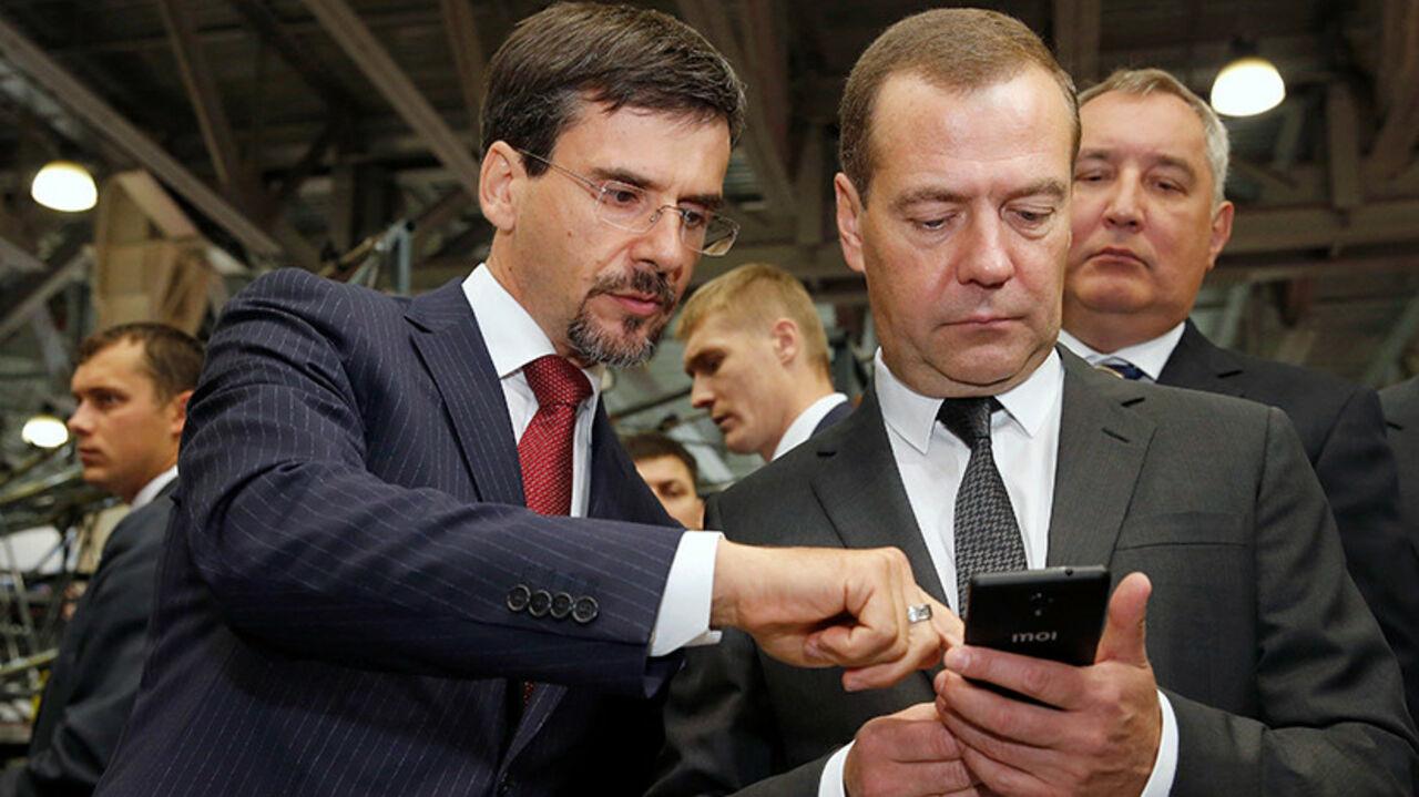 Медведев сказал  врученный ему русский  смартфон вподарочный фонд