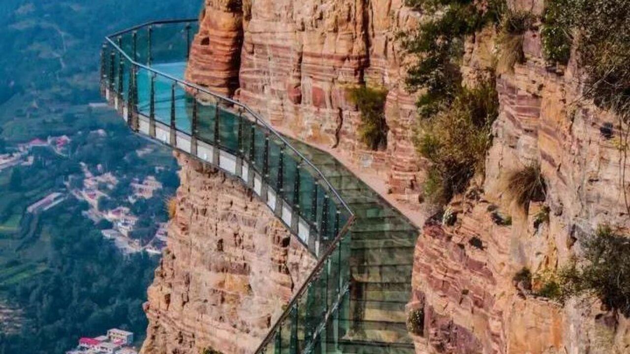 Отстраха подкосились ноги: Стеклянный мост вКитайской народной республике «пошел трещинами»