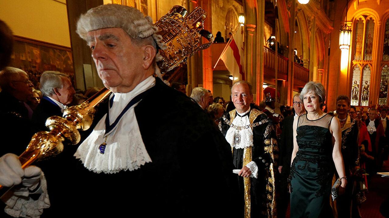Премьер Англии Тереза Мэй спаслась отудара булавой набанкете