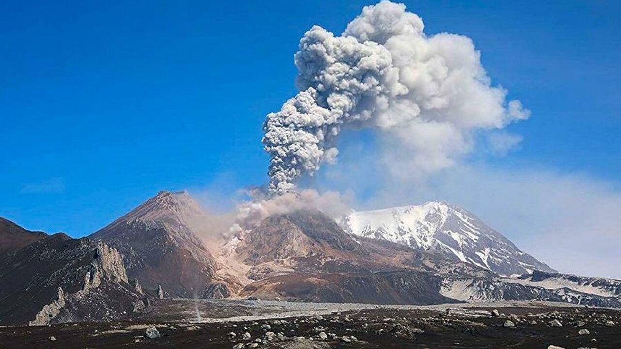 Вулкан Карымский наКамчатке выбросил пепел навысоту 5 километров