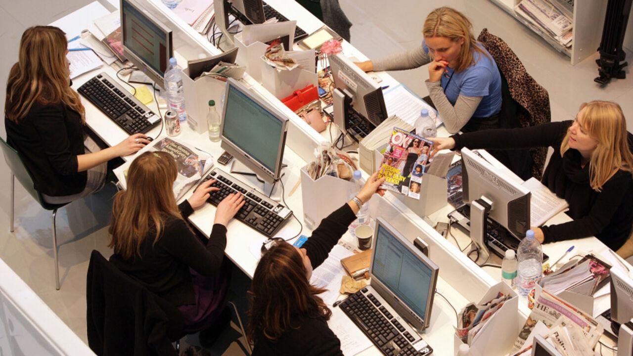 Три женщины закрылись в офисе 7 фотография
