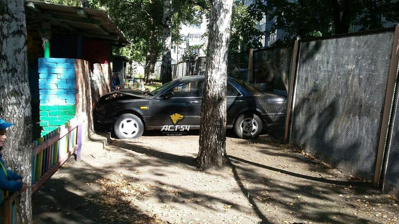 ВНовосибирске нетрезвый шофёр устроил ДТП вдетском саду