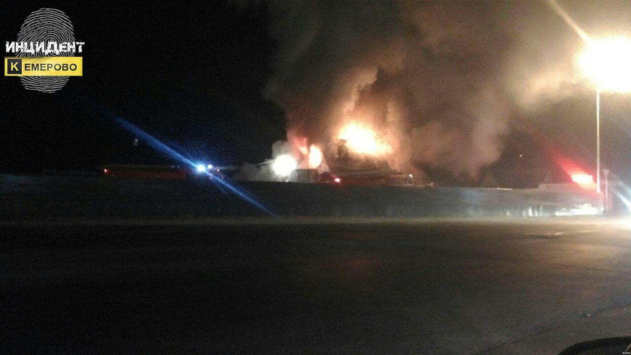 Мощный пожар уничтожил магазин иСТО вКемерове