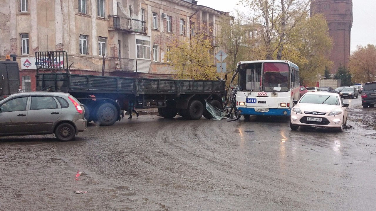 ВОмске неподелили дорогу КамАЗ иавтобус спассажирами