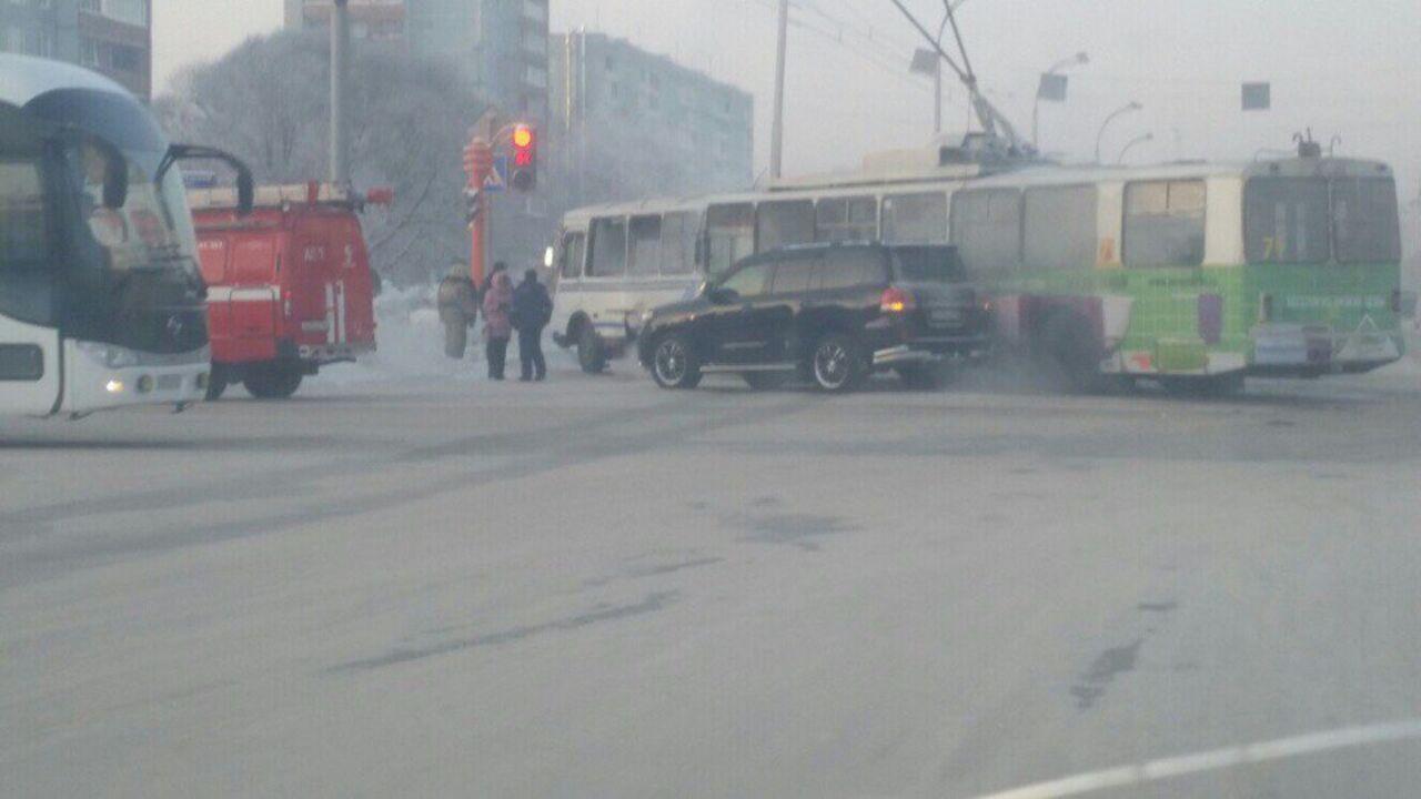 Троллейбус, маршрутка илегковушка столкнулись вКемерове