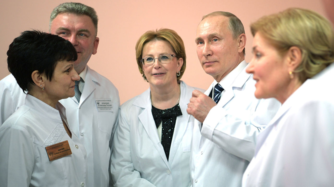 Заработной платы мед. сотрудников будут вдвое выше средних порегиону— Путин