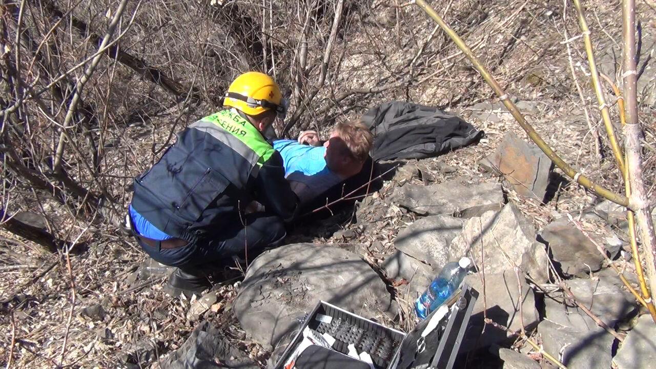 ВКемеровском районе cотрудники экстренных служб помогли мужчине, сорвавшемуся сдесятиметровой скалы