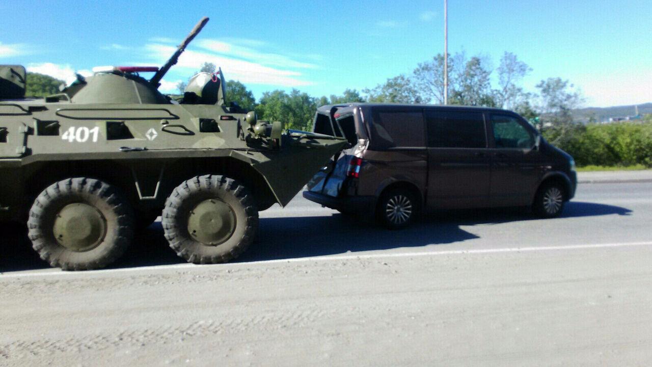 Во вторник 4 июля в Мурманской области произошло ДТП с участием бронетранспортера. Об этом сообщает ТАСС со ссылкой на пресс-службу Северн