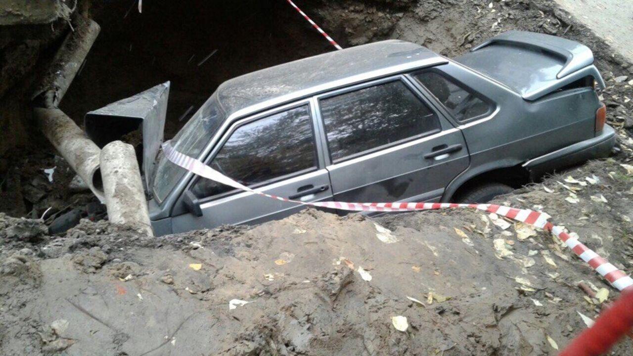 ВТомске легковушка въехала ввырытую коммунальщиками яму