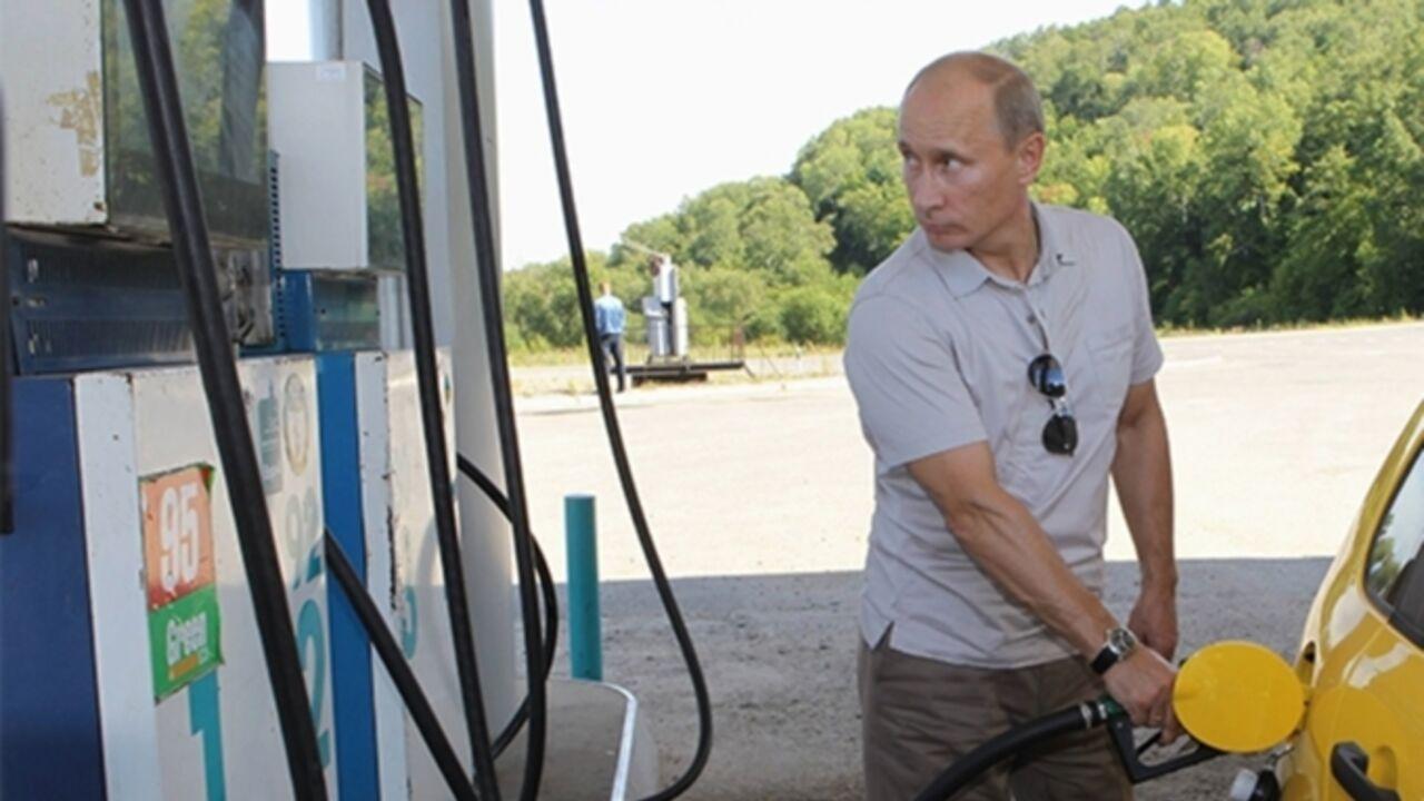 Путин позволил кабмину увеличивать экспортные пошлины набензин до90%
