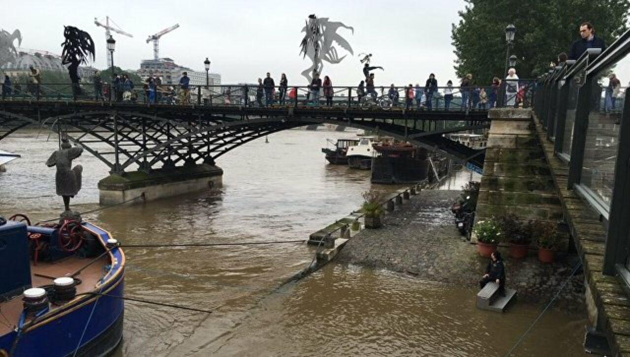 Встолице франции готовятся закрыть метро иЛувр из-за наводнения