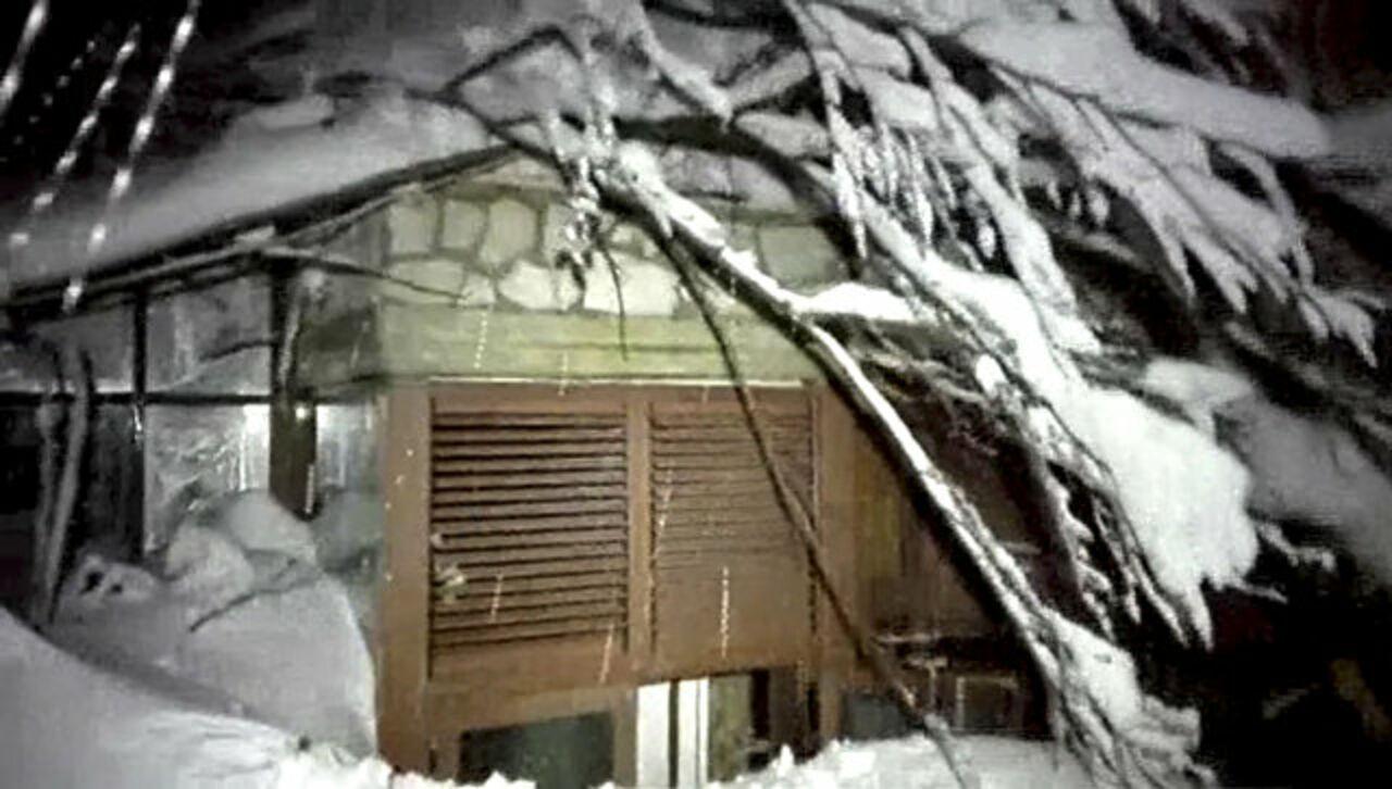Иззасыпанного лавиной отеля вИталии спасены 4 ребенка