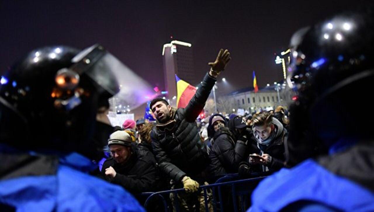 Около 50 000 протестующих собрались перед зданием руководства вРумынии