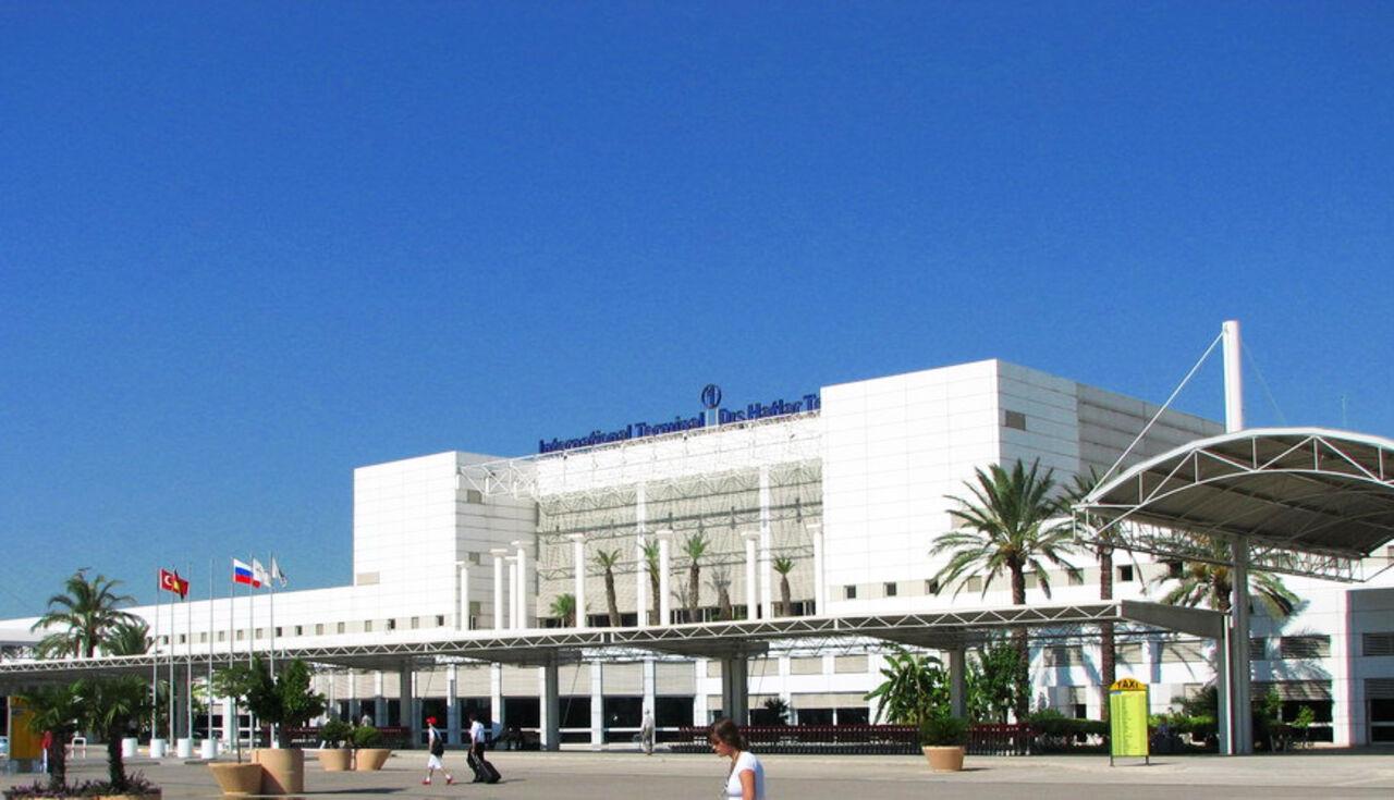Около 500 пассажиров оказались заложниками в аэропорту Антальи из-за долгов авиакомпании'Трансаэро