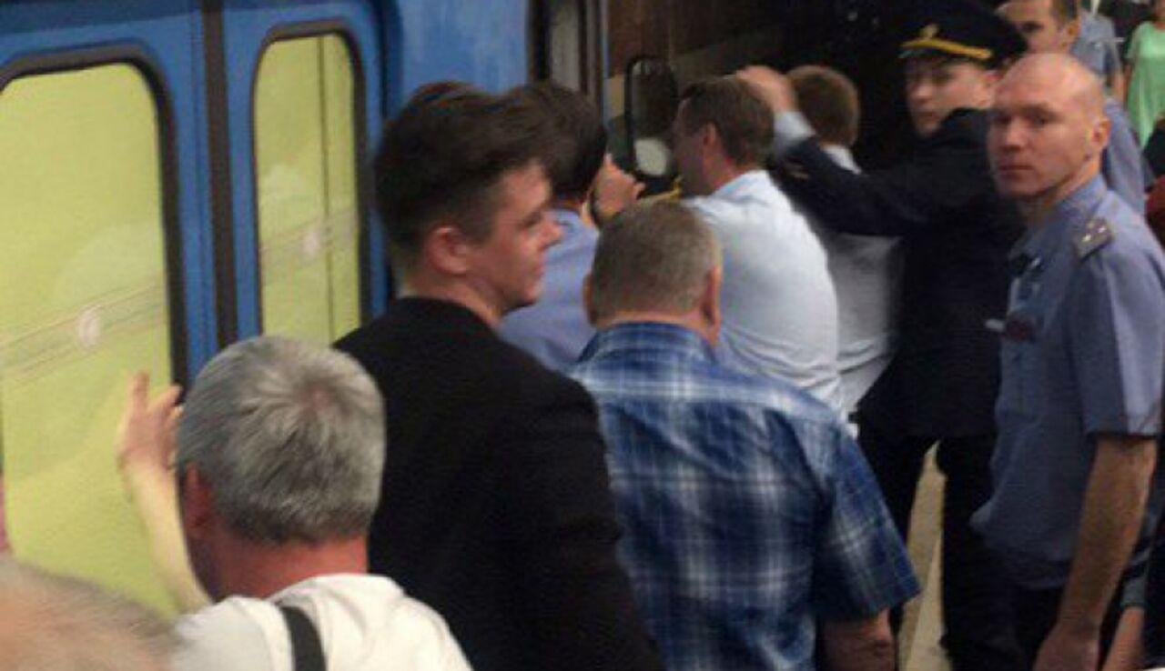 Поезд сломался вчас пик настанции метро «Красный проспект»