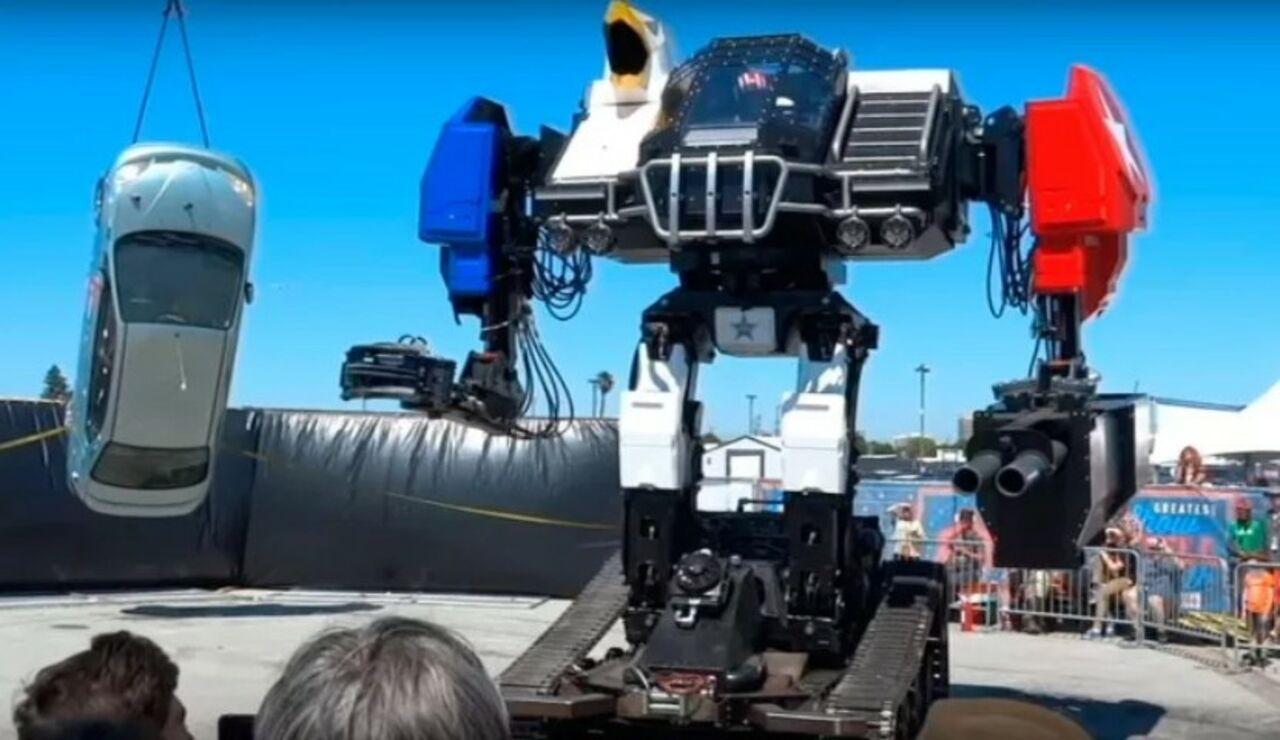 Боевой человекоподобный робот отMegaBots избил автомобиль
