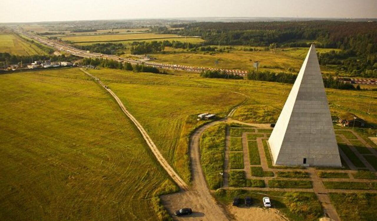 Навидео сняли известную пирамиду Голода вмомент разрушения ееураганом