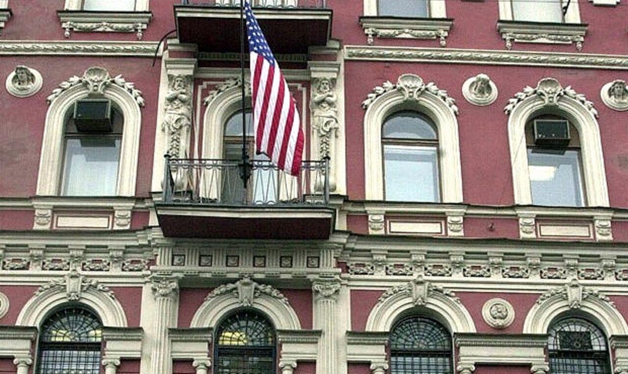 Неизвестные бросили стаканчик с краской в здание генконсульства США на Фурштатской улице в Санкт-Петербурге пишет РИА