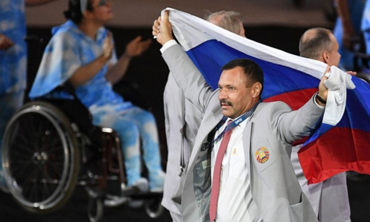 Фомочкин, пронесший флаг РФ вРио, получил квартиру в российской столице