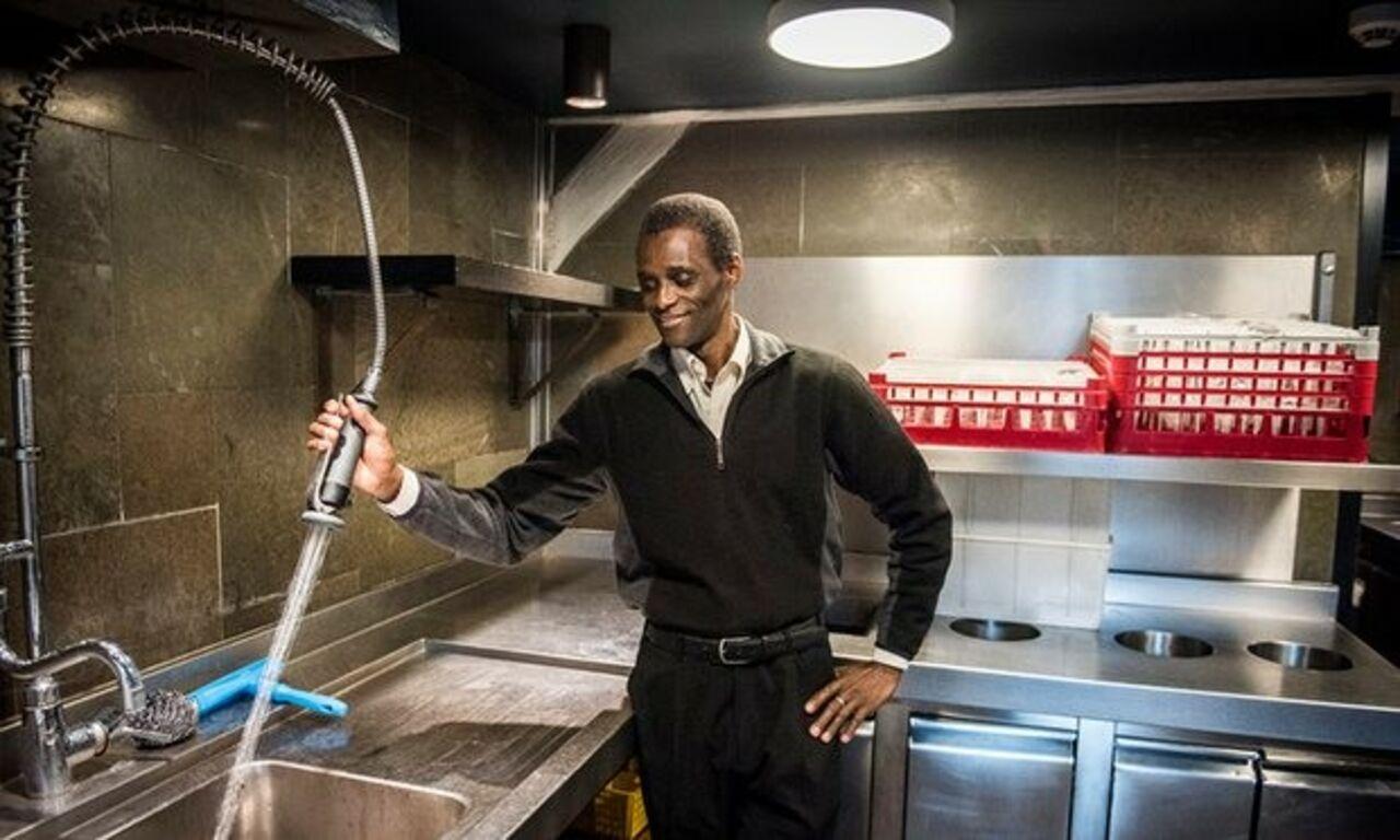 ВДании руководство известного ресторана сделало посудомойщика совладельцем